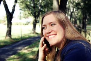 Kristina Golla im Fürther Stadtpark und telefoniert mit Kunden