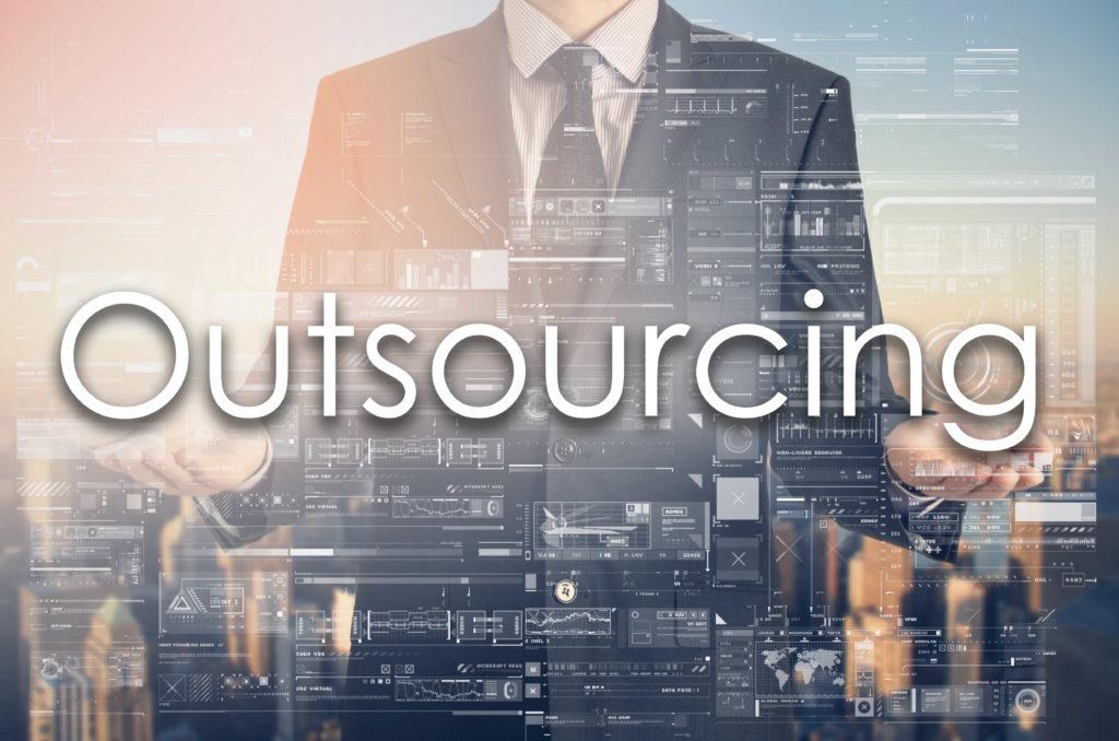 Kaufmann im Anzug präsentiert den Begriff Outsourcing