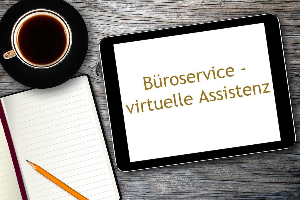 Grauer Holzschreibtisch mit Kaffee, Block, Stift und Tablet mit Aufschrift Büroservice virtuelle Assistenz