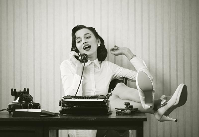 Frau reden am Telefon am Schreibtisch
