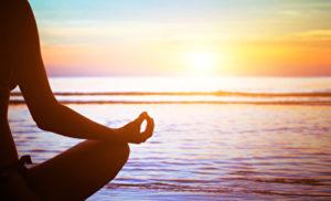Yoga-Praxis bei Sonnenuntergang
